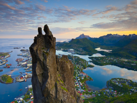 doug-pearson-rock-climbers-scale-the-famous-svolvaergeita-svolvaer-lofoten-nordland-norway